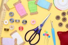 Concetto di cucito degli strumenti, di adattamento e di modo Fotografia Stock