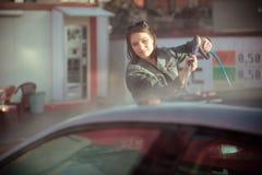 Concetto di cura del trasporto Automobile di lavaggio nel distributore di benzina di auto con l'artificiere ad alta pressione Immagine Stock Libera da Diritti