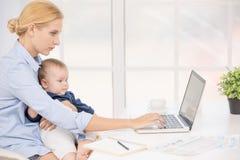 Concetto di cura di amore di maternità di Parenting del bambino e della madre Immagine Stock Libera da Diritti