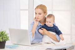Concetto di cura di amore di maternità di Parenting del bambino e della madre Fotografia Stock