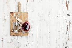 Concetto di degustation del vino - vetro del vino rosso, sugheri del vino e co Fotografia Stock