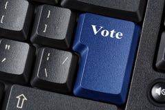 Concetto di democrazia o di elezione con il bottone blu di voto sulla tastiera nera Fine in su immagini stock