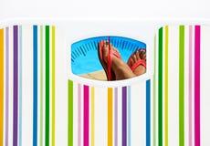 Concetto di dieta di estate con la bilancia pesa-persone e la piscina Fotografie Stock