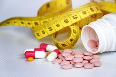 Concetto di dieta; Dimagrisca dalle pillole, pericolose per salute immagini stock libere da diritti