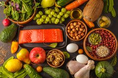 Concetto di dieta di Paleo Alimento ad alta percentuale proteica Verdure crude fresche, FRU immagine stock