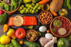 Concetto di dieta di Paleo Fondo equilibrato di buio dell'alimento La VE cruda fresca immagini stock libere da diritti