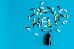 Concetto di dipendenza della pillola Segno di aiuto su un fondo blu Fotografia Stock Libera da Diritti