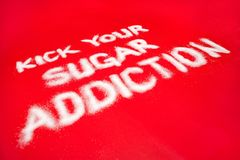 Concetto di dipendenza dello zucchero su fondo rosso fotografia stock libera da diritti