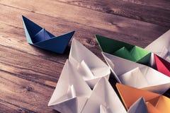 Concetto di direzione di affari con le barche di carta di colore e di bianco sopra Fotografia Stock Libera da Diritti