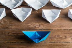 Concetto di direzione di affari con le barche di carta di colore e di bianco sulla tavola di legno Fotografia Stock Libera da Diritti