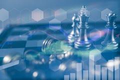 Concetto di direzione di investimento: Il pezzo degli scacchi di re con scacchi altri vicino va giù dal concetto di galleggiament Immagini Stock