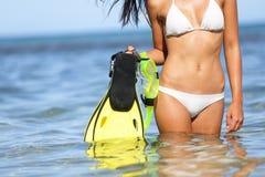 Concetto di divertimento della spiaggia di viaggio - donna che si immerge le alette fotografie stock