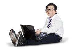 Concetto di e-learning con il bambino che per mezzo del computer portatile Fotografia Stock