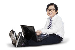 Concetto di e-learning con il bambino che per mezzo del computer portatile Immagini Stock