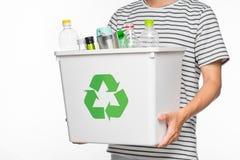 Concetto di Eco Il maschio passa il recipiente di riciclaggio della tenuta in pieno di riciclabile Fotografia Stock