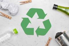 Concetto di Eco Simbolo di riciclaggio dei rifiuti con immondizia sulla pietra Immagine Stock Libera da Diritti