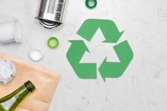 Concetto di Eco Simbolo di riciclaggio dei rifiuti con immondizia sulla pietra Fotografia Stock
