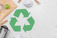 Concetto di Eco Simbolo di riciclaggio dei rifiuti con immondizia sulla pietra Immagini Stock Libere da Diritti