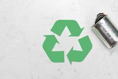 Concetto di Eco Simbolo di riciclaggio dei rifiuti con immondizia sulla pietra Immagine Stock