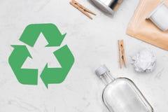 Concetto di Eco Simbolo di riciclaggio dei rifiuti con immondizia sulla pietra Immagini Stock