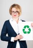 Concetto di ecologia La carta della tenuta della donna con ricicla il segno immagine stock