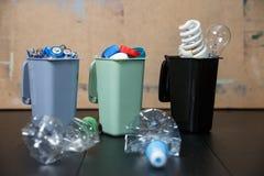 Concetto di ecologia, molti oggetti riciclabili in contenitori fotografie stock