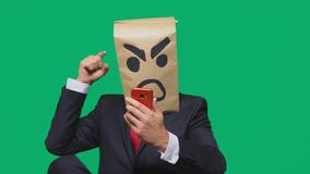 Concetto di emozione, gesti un uomo con un pacchetto sulla sua testa, con un aggressivo sorridente dipinto, arrabbiato parlando s immagine stock libera da diritti