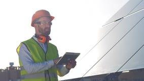 Concetto di energia alternativa Batteria solare massiccia e un esperto maschio immediatamente di luce solare stock footage