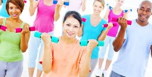 Concetto di esercizio di allenamento del gruppo della palestra di salute di forma fisica Fotografia Stock Libera da Diritti