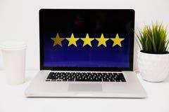 Concetto di esperienza del cliente online, migliori servizi eccellenti che valutano a mano per il presente di soddisfazione del c immagini stock