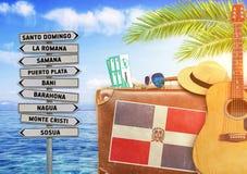 Concetto di estate che viaggia con la vecchia valigia e la Repubblica dominicana Fotografie Stock