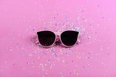 Concetto di estate degli occhiali da sole della spiaggia su fondo variopinto Immagine Stock