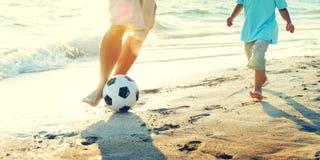 Concetto di estate della spiaggia di Son Playing Soccer del padre immagini stock