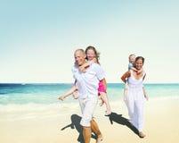 Concetto di estate di festa di godimento della spiaggia della famiglia Fotografia Stock