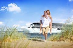 Concetto di estate di svago di festa di vacanza di crociera della spiaggia delle coppie fotografia stock