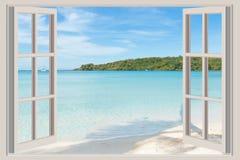 Concetto di estate, di viaggio, di vacanza e di festa - la finestra aperta, Fotografia Stock