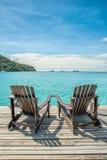 Concetto di estate, di viaggio, di vacanza e di festa - sedia di spiaggia su Th immagine stock libera da diritti