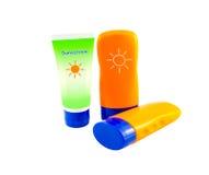 Concetto di estate: Elementi della spiaggia - bottiglie con la lozione del sunblock Immagini Stock Libere da Diritti