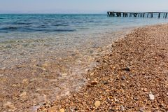Concetto di estate, di viaggio, di vacanza e di festa - pilastro di legno in Europa Mare ionico Vista di prospettiva Vecchio molo immagini stock
