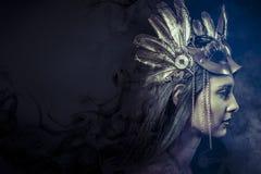 Concetto di fantasia, donna con la maschera dorata moda Fotografia Stock