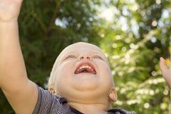 Concetto di felicità Chiuda sul ritratto del neonato felice sorridente Vista dal basso Fotografia Stock Libera da Diritti