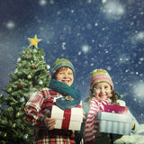 Concetto di felicità dei regali dei bambini di Natale Immagini Stock
