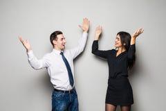 Concetto di felicità La donna e l'uomo usciti, celebrano la vittoria su gray fotografia stock