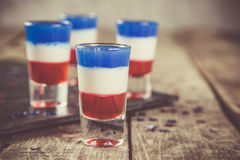 Concetto di festa dell'indipendenza - la bandiera ha colorato i brevi cocktail su fondo rustico Fotografie Stock Libere da Diritti