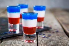 Concetto di festa dell'indipendenza - la bandiera ha colorato i brevi cocktail su fondo rustico Immagini Stock Libere da Diritti