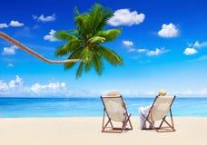 Concetto di festa della spiaggia di estate di vacanza di rilassamento delle coppie Fotografie Stock