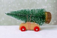Concetto di festa di Natale con il pino sull'automobile del giocattolo Fotografia Stock