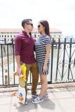 Concetto di feste, di vacanza, di amore e di amicizia - coppia sorridente Immagine Stock