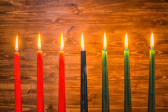 Concetto di festival di Kwanzaa con verdi sette candele rosse, nere e Fotografie Stock