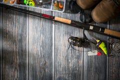 Concetto di filatura dell'esca del wobbler del pescatore del fondo di pesca fotografia stock libera da diritti